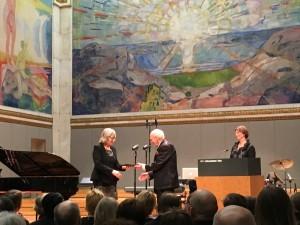 Anne Gro Vea Salvanes mottar støtte til sitt undervisningsprosjekt av Olav Thon