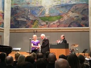 Karin Pittman mottar prisen for fremragende undervisning av Olav Thon