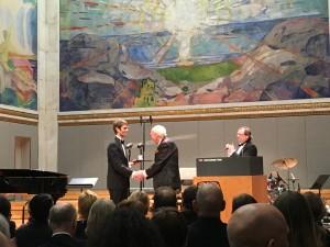 Christian Jørgensen mottar prisen for fremragende undervisning av Olav Thon